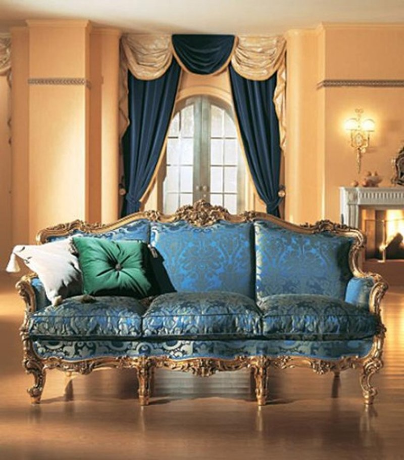 Синий диван и золотисто-синяя штора