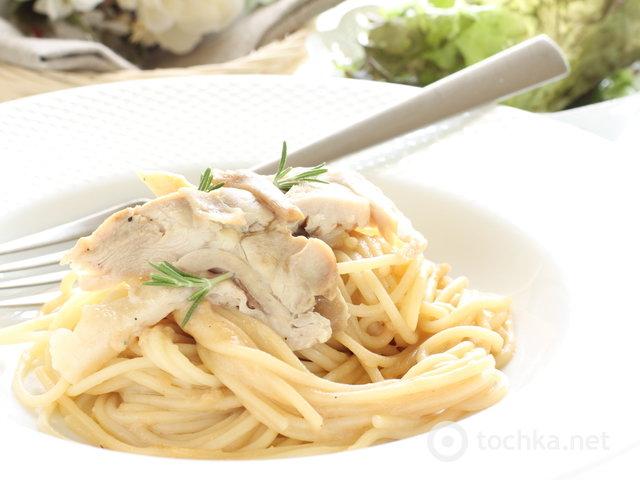 Спагетти с куриной грудкой шампиньонами в сливках
