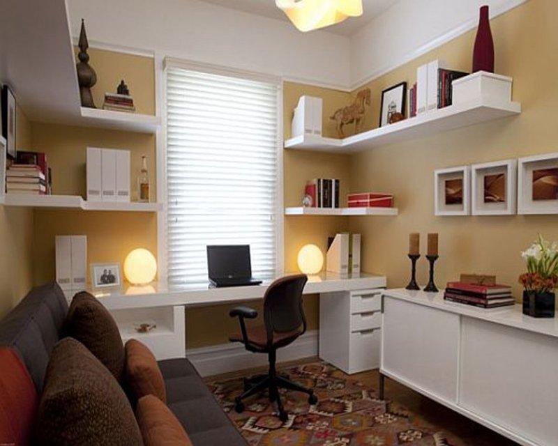 Дизайн маленького кабинета со множеством полочек