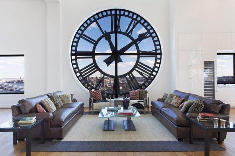 Существуют разные виды настенных часов. В гостиную следует подбирать красивые и качественные экземпляры. Помимо внешних характеристик, часы должны быть функциональными и надежными.