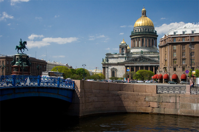 Синий мост через реку Мойку в Санкт-Петербурге соединяет Исаакиевскую площадь с переулком Антоненко и Вознесенским проспектом. Из-за рекордной ширины (97,3 м) этот мост часто воспринимают как часть площади, а в литературе даже можно встретить термин «мост-площадь»