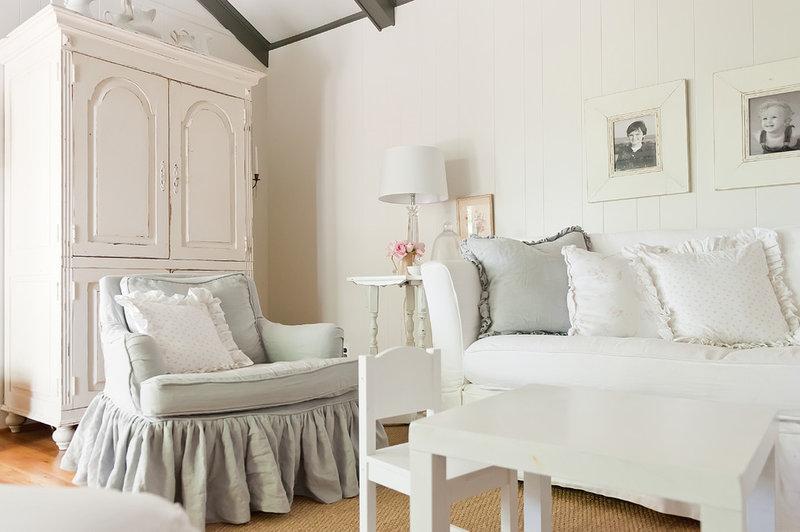 Белая лаконичная спальня
