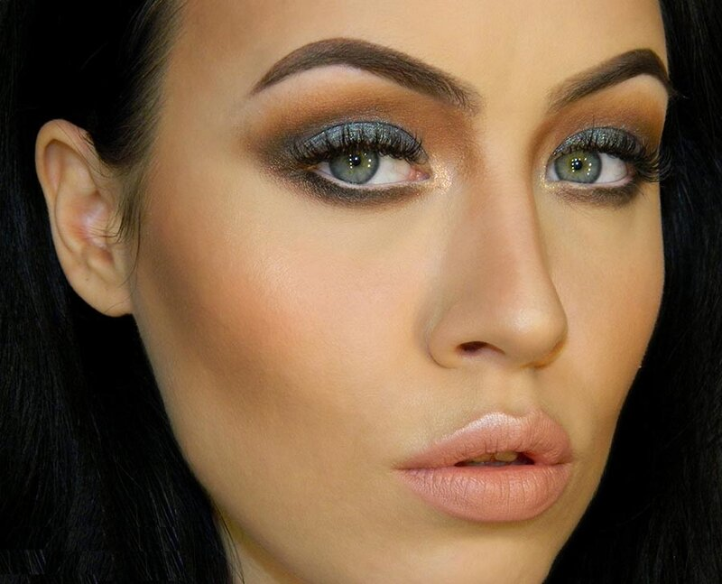Таинственный и сексуальный дымчатый макияж не сдает своих позиций. Он очень популярен среди женщин загадочных и утонченных. Как правильно и быстро создать смоки-макияж вы узнаете в этой статье.