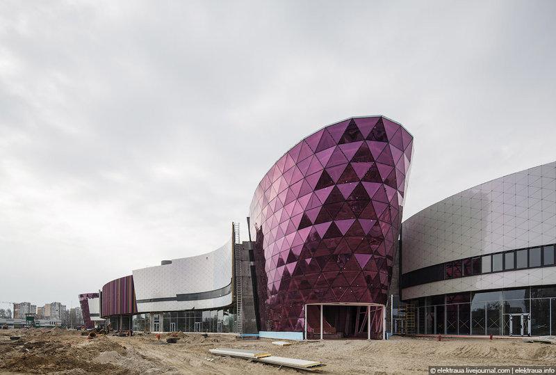 Республика. В восточной Европе это самый большой ТРЦ. Все по дизайну, все по фен-шую. Первые пол-года люди будут заходить как на экскурсию