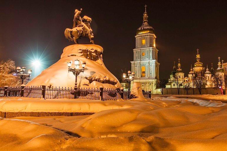 Ночная панорама  снежной Софийской площади в Киеве