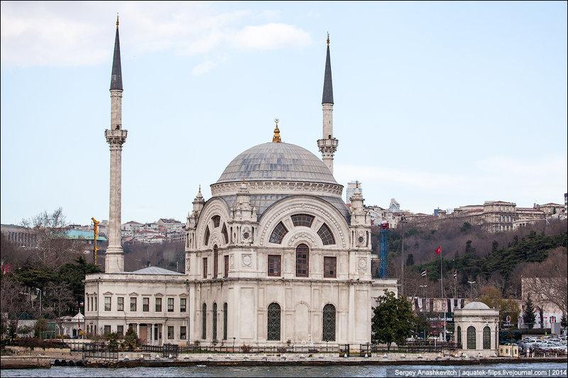 Мечеть Долмабахче. Мечеть построена в стиле барокко и декорирована весьма роскошно в стилях ампир и барокко. Отличительной чертой мечети стали большие арочные окна. Мечеть имеет один купол и два минарета, которые имеют два балкона.