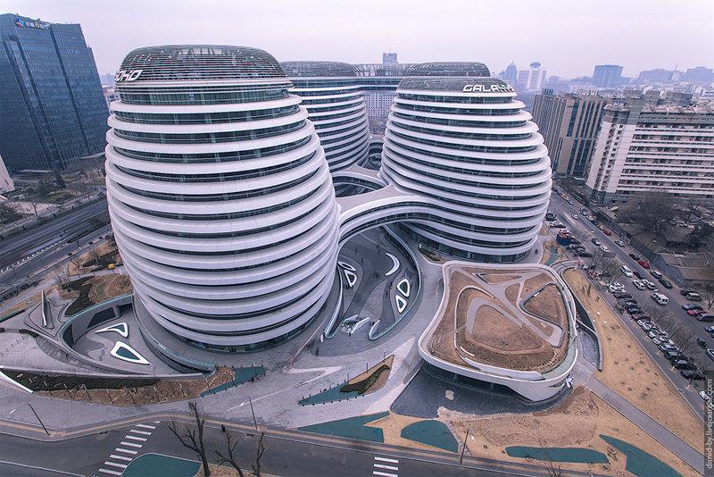 Комплекс Galaxy SOHO создан архитектурной студией Захи Хадида в центре Пекина. Состоит из четырех объединенных между собой объемов, которые плавно переходят один в другой.