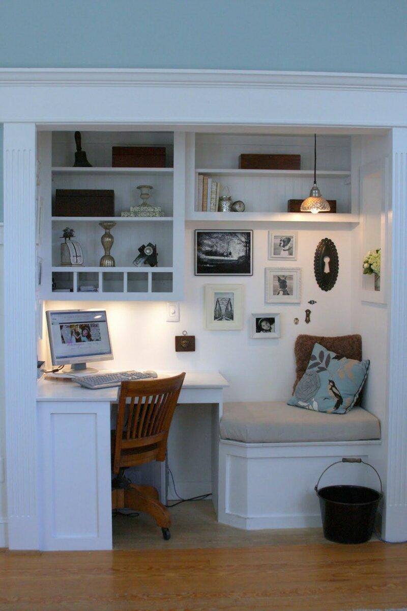 уютный домашний кабинет с мини диванчиком и диванными подушками