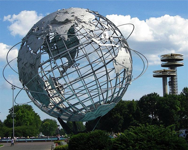 """Скульптура """"Унисфера"""" представляет собой стальной земной шар. Располагается макет Земли в парке Флашинг Мидоуз (Нью-Йорк). Эта скульптура является главной достопримечательностью парка.    Посвящена эта композиция была началу космической эры человечества. Скульптура """"Унисфера""""..."""