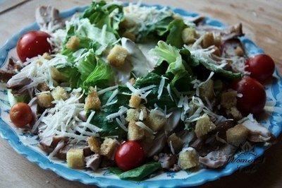 Салат с курицей и сыром. На 100 грамм -32 ккал.