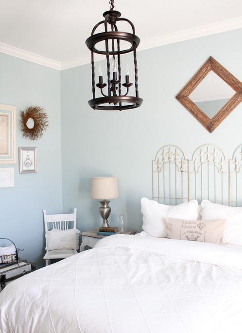 Кровать с резным изголовьем в белоснежно-голубой спальне