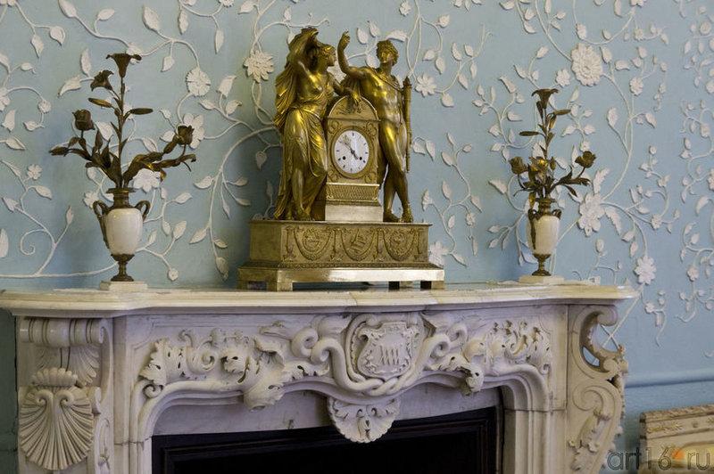 Камин, канделябры, часы. Фрагмент интерьера.