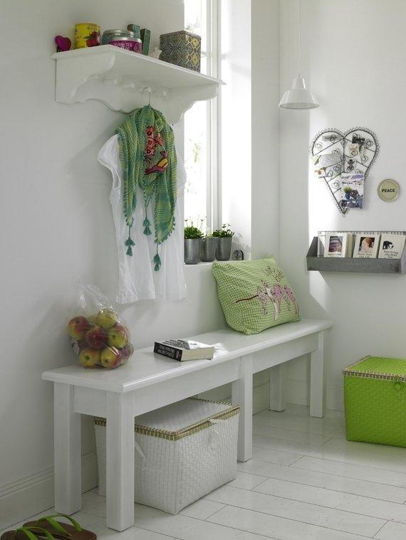 Если главной целью оформления прихожей является создание максимального уюта и ощущение теплоты интерьера, используйте больше «хэнд-мейда». Как настенные полки и столешницы незамысловатой формы белого цвета, так и всевозможные декоративные украшения, явно созданные вручную, создают полноценный комфорт в прихожей, и даже в гостях в таком помещении чувствуешь себя, как дома.