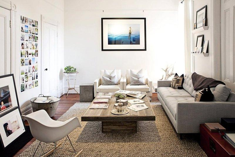 Картина с морским пейзажем в белой гостиной