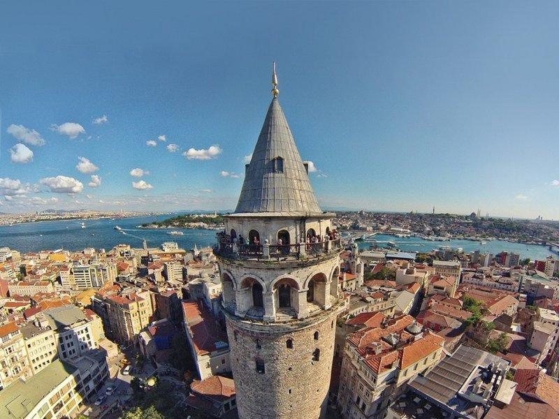 Галатская башня известна под названием Хезарфена. С ней связан известный полет Турецкого Икара. В середине семнадцатого века ученый Хезарфен Ахмет Челяби на собственноручно сконструированном планере смог перелететь с крыши сооружения на берег Босфорского пролива.