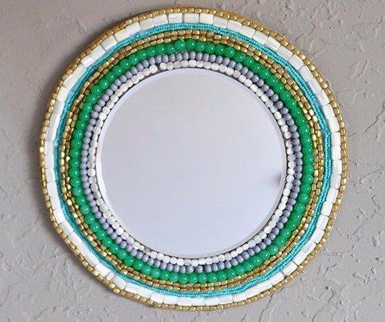 Зеркальная рамка из бусин
