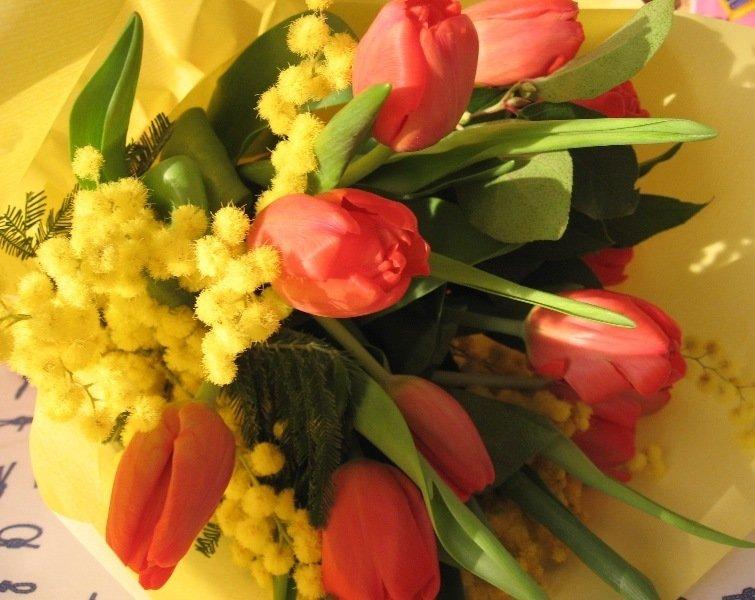 Фото красивых букетов мимозы и тюльпанов