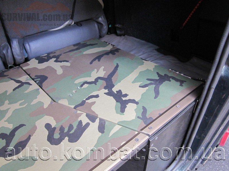 Особенности нижней полки багажника.  В нижней полке с правой стороны устроен отдельный изолированный отсек, главное предназначение которого — перевозка и хранение продуктов, и хрупких малогабаритных вещей.