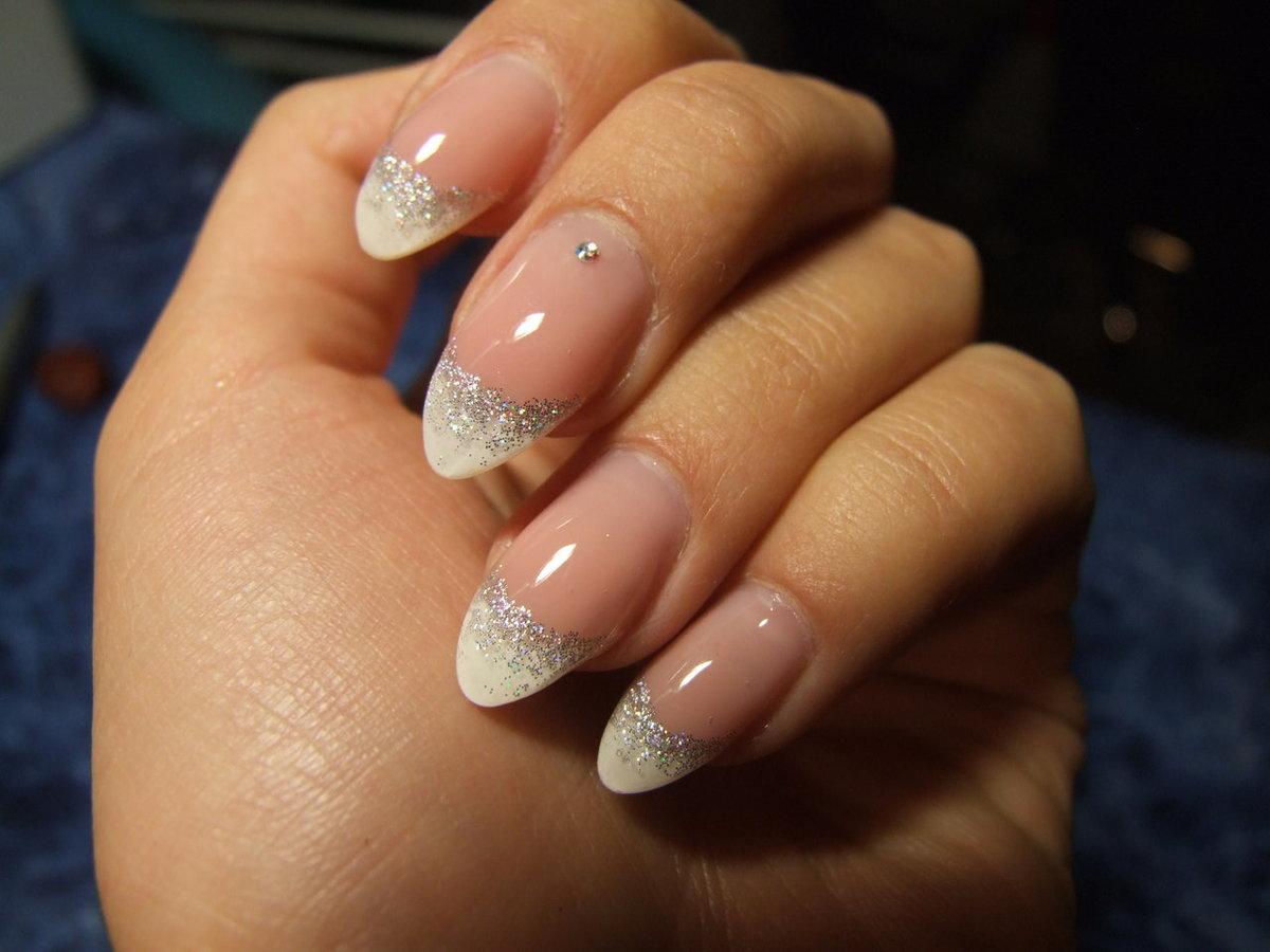 Праздничный дизайн ногтей с блестками самый шикарный маникюр на фото.