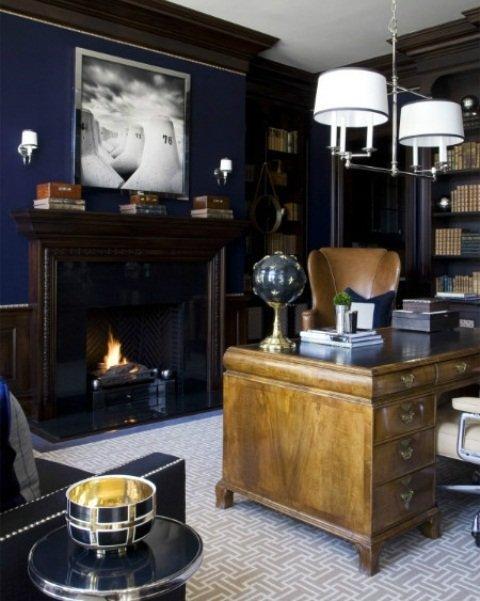 Домашний кабинет в классическом стиле с синими стенами