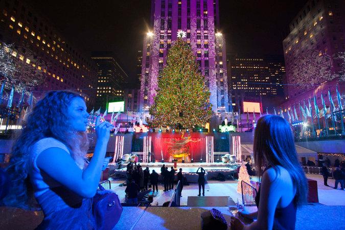 В ночь на четверг возле Рокфеллеровского центра на Манхэттене зажглась одна из главных достопримечательностей рождественского Нью-Йорка - рождественская ель. Традиционно главный символ новогодних праздников будет радовать горожан и туристов до 7 января.
