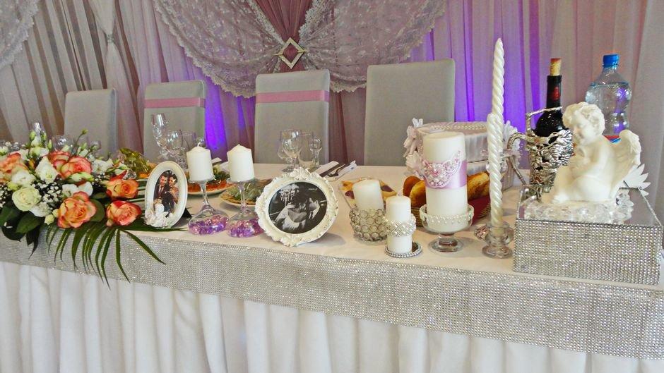 Украшение стола новобрачных на свадьбу