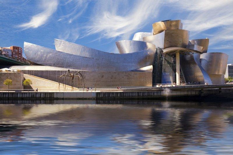 Музей современного искусства в Испании расположен в живописном месте на берегу реки Нервьон.