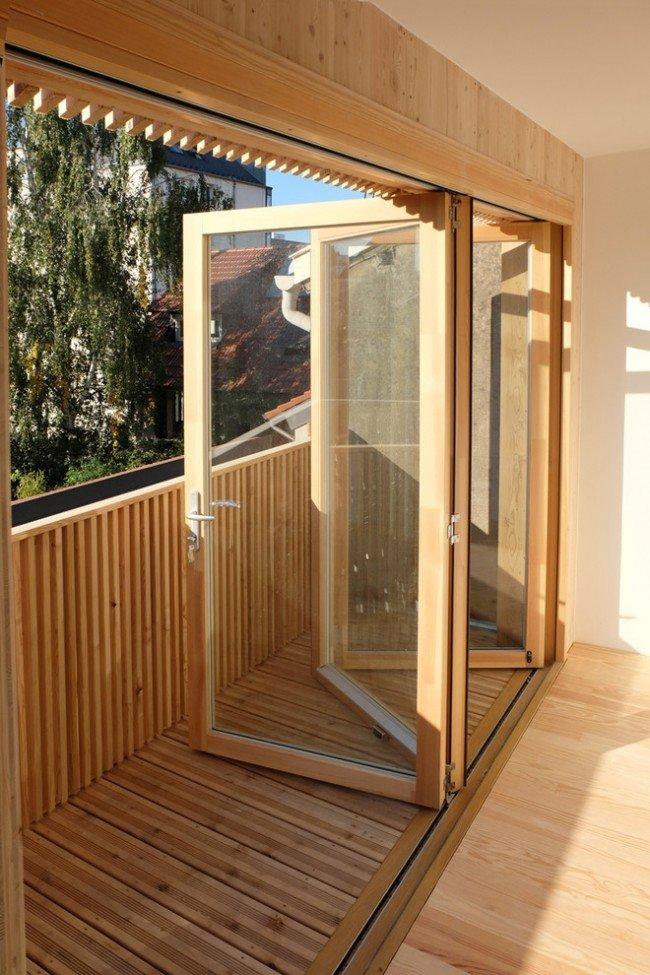 Отделать балкон деревом - не совсем бюджетный вариант, из-за того, что дерево требует дорогостоящих пропиток для погодоустойчивости