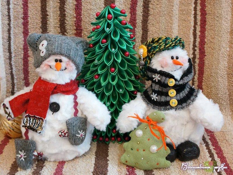 Новогодние игрушки все больше набирают популярность у рукодельниц: снеговики, елочки, санты, а так же символы наступающего года. Такие игрушки выглядит очень мило и уютно. В сегодняшнем урок