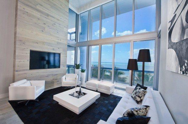 Большие светлые окна заменяют стену