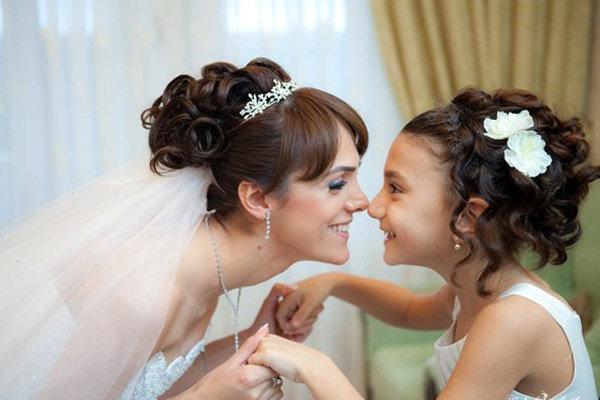 Свадебные прически с челкой и диадемой фото