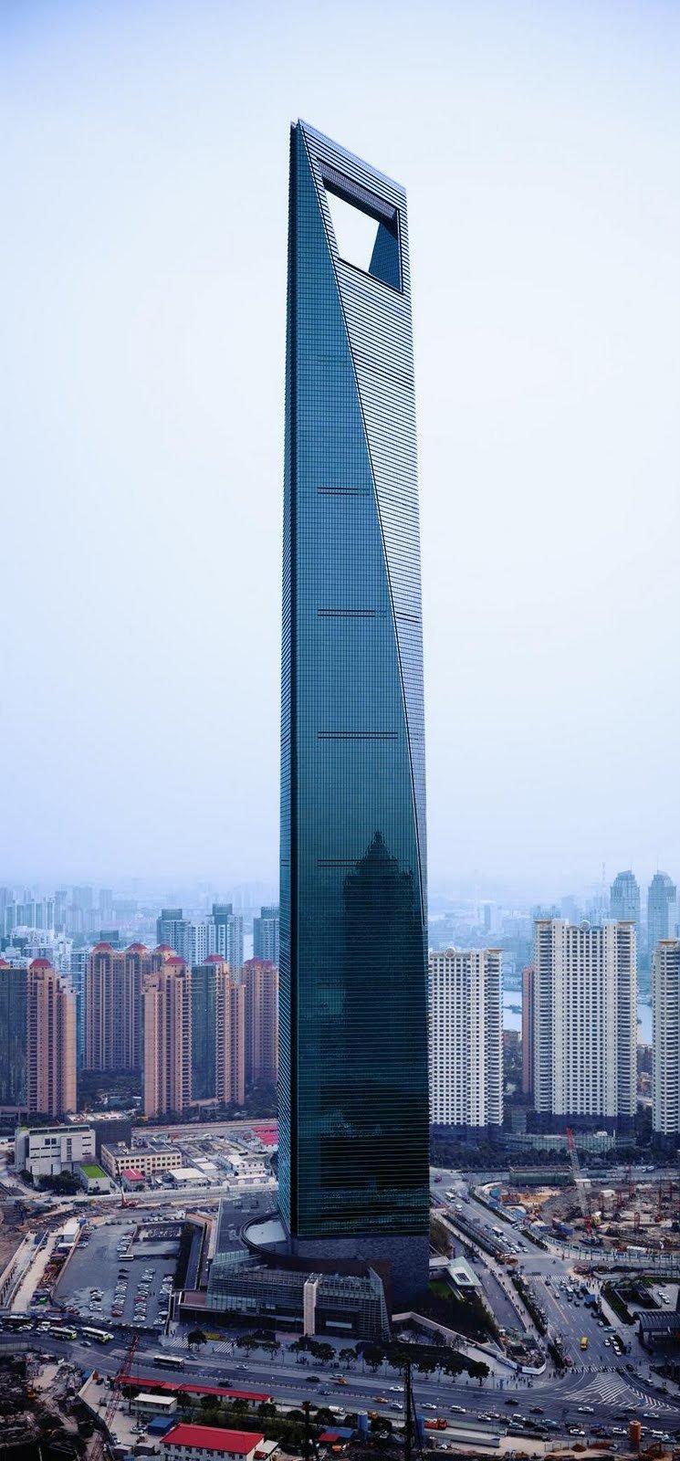 Шанхайский всемирный финансовый центр– второе по высоте здание в мире, которое называют «элегантной открывалкой для бутылок» из-за его верхней части причудливой формы, - в минувший четверг удостоилось звания лучшего небоскреба года.
