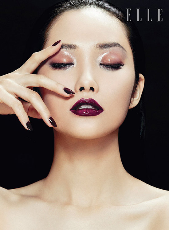 драматический макияж с яркой подводкой и акцентированными губами