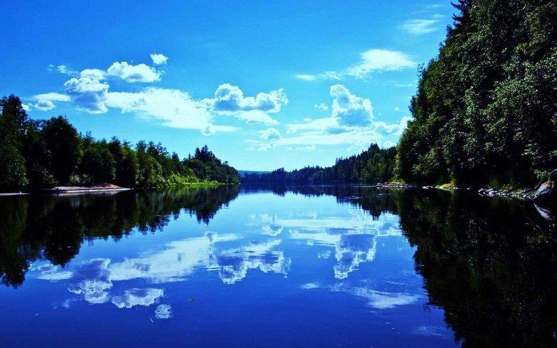 Соленое озеро Чаны расположено в Новосибирской области. Это озеро имеет длину 91 километр и ширину 88 километров. Практически все озеро имеет глубину менее 2 метров, поэтому вода в нем летом нагревается до комфортных 25 градусов. В озере Чаны водится окунь, судак, язь, сазан, щука и другие виды рыб. По древним легендам в озере Чаны водится огромный змей, который способен сожрать всех жителей близлежащих населенных пунктов.