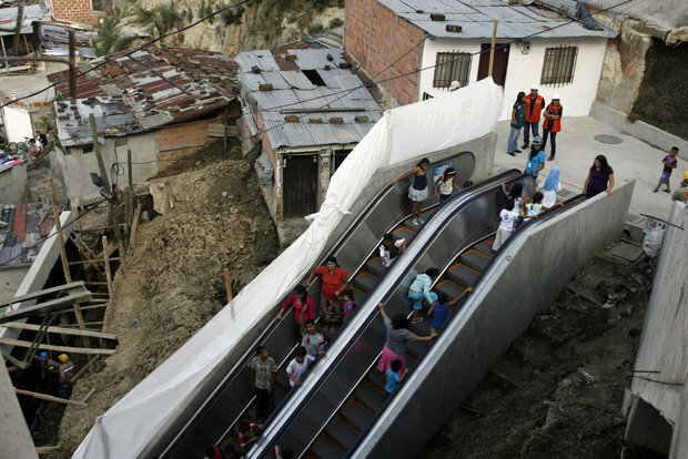 4. В одном из самых бедных районов Медельина, Колумбия, был установлен 384-метровый эскалатор, поделенный на шесть уровней, чтобы местным жителям было легче передвигаться по трущобам. (FREDY BUILES)