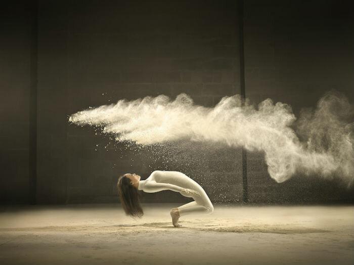 Динамичные фотографии танцоров в облаках из молочного порошка
