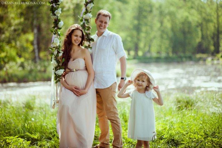 Фотосессия вместе с семьей в лесу на качелях