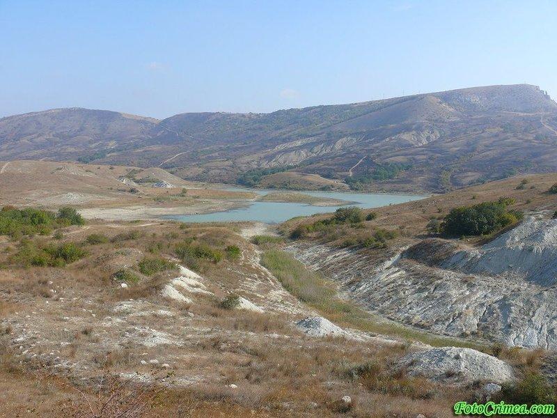Озеро в долине крымских гор