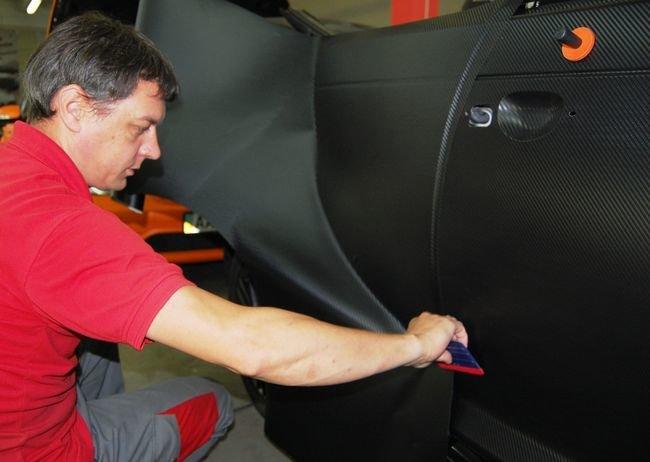 Последний пример поклейки карбоновой плёнки авто