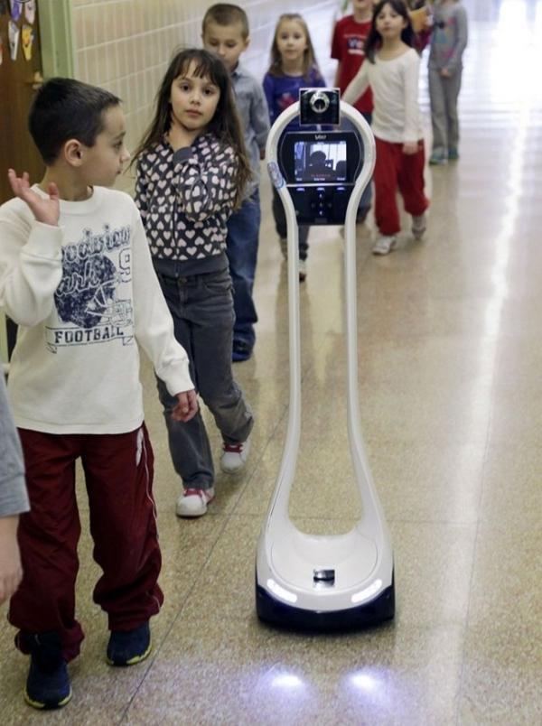 Робот-помощник, который ходит в школу вместо мальчика