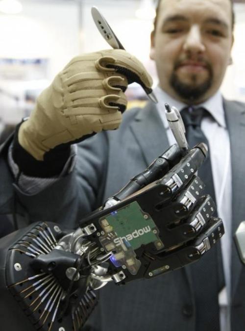 Робот-рука от разработчиков из компании Toyota. Механизм способен полностью воспроизвести движение человеческой кисти. При помощи сенсоров и высокоскоростных камер система фиксирует положение руки пользователя и ее движения, полученная информация преобразовывается затем в движения робота.
