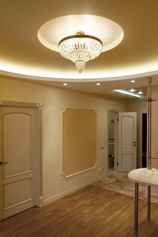 Дизайн квартиры – студии выполнен с использованием современных строительных материалов и выдержан в стиле ампир. Вся квартира в светлых бежевых тонах, что
