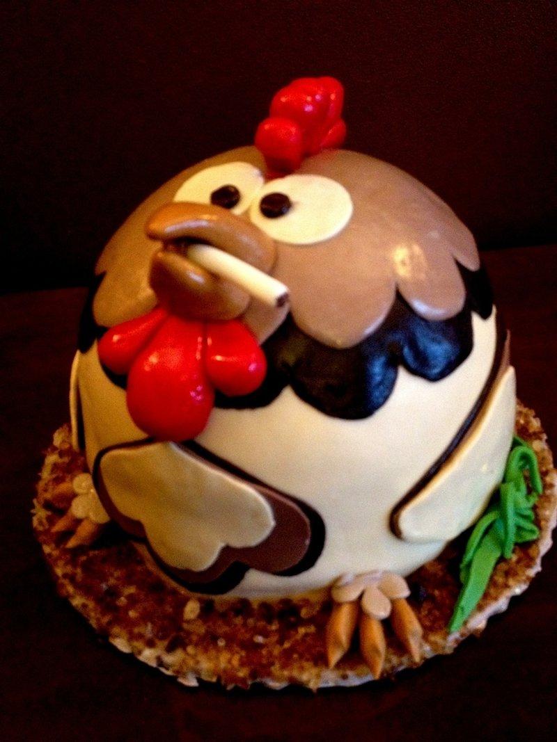 необычный дизайн новогоднего торта с петухом