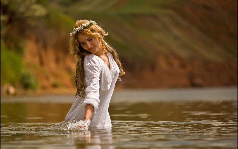 Очаровательная девушка в воде