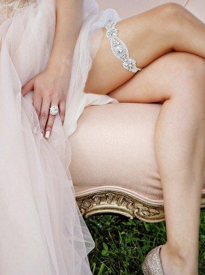 красная подвязка невесты