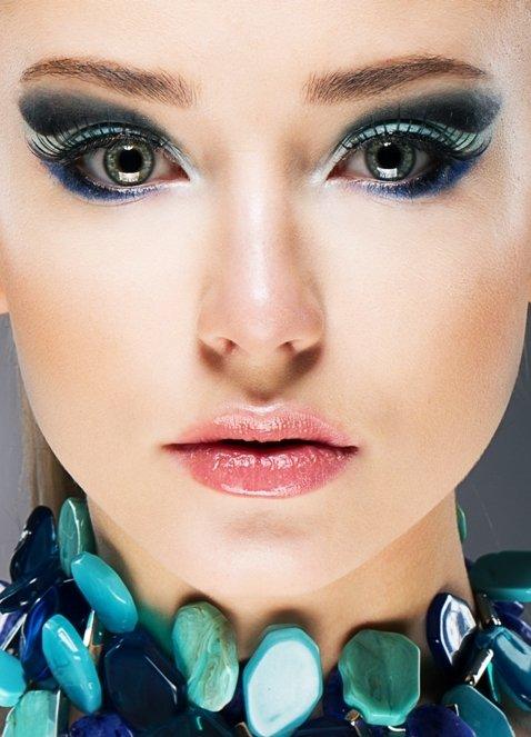 Для синего макияжа подойдет нежный блеск для губ прозрачный
