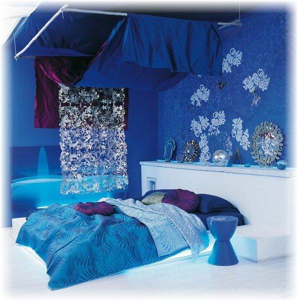 Цвет для спальни выбран правильно, и в спальне спокойная и расслабляющая обстановка.