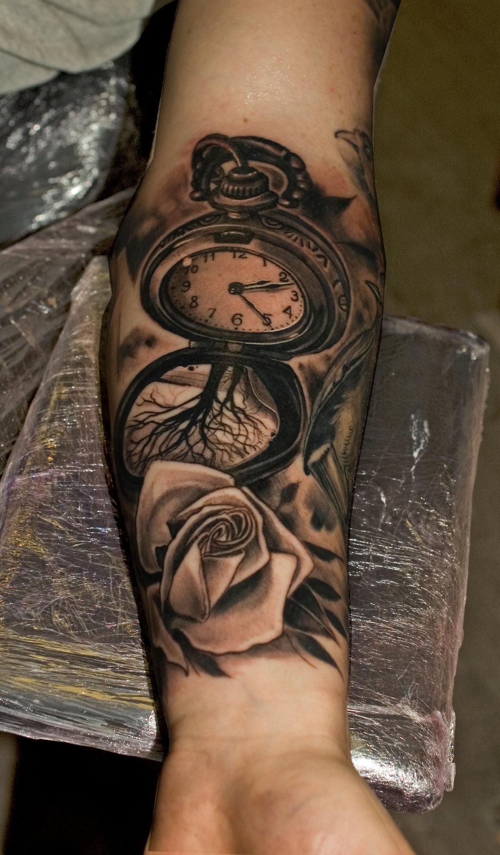 Татуировка на руке часы 9:50