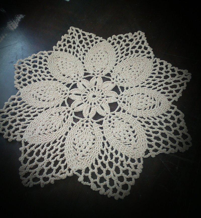 Вязаная салфетка-цветок