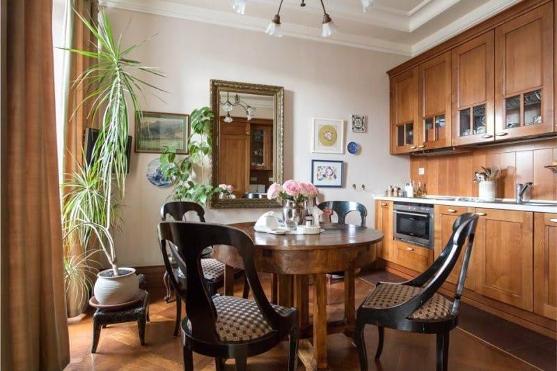 Деревянная кухня коричневого оттенка в интерьере